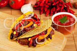 Taco gefüllt mit Bohnen und Fleisch-Soße