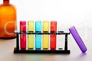 Reagenzgläser mit Chemieflasche