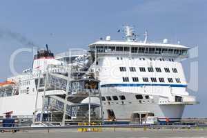 Fähre im Hafen von Calais, Frankreich