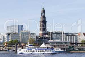 Passagierschiff an der Überseebrücke in Hamburg, Deutschland