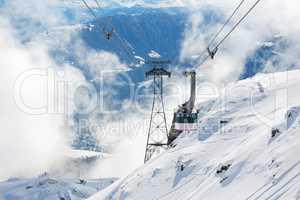 Mast und Kabine von Luftseilbahn im Winter