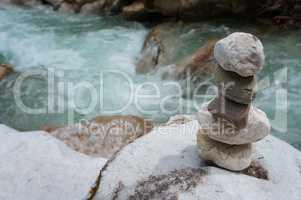 Steinstapel an einem Fluss