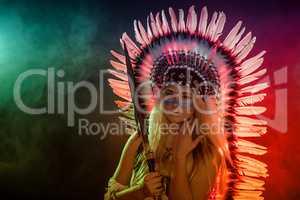 Weiblicher Indianer steht im Rauch