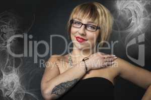 Schöne Brillenträgerin mit Rauch im Hintergrund