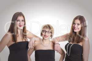 3 Frauen in trägerlosen Tops