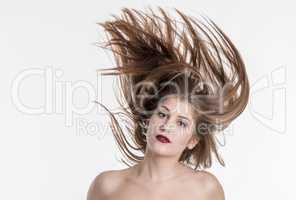 Schöne Frau wirbelt ihre Haare durcheinander