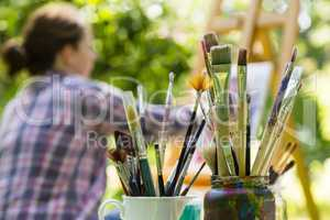 Frau beim Malen mit Pinseln, woman painting with paint brush