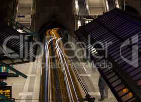 Untergrundbahn mit Lichtstreifen, Langzeitbelichtung