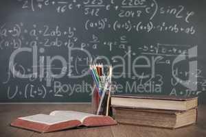 Schulbücher und Stifte