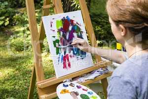Frau beim Malen mit Malspachtel, woman painting with palette kni