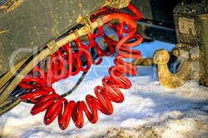 Kabel einer Anhängerkupplung im Schnee