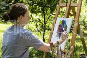 Frau beim Malen mit Malspachtel, woman is painting with palette