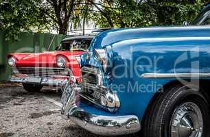 Kuba Frontansicht von zwei Oldtimern