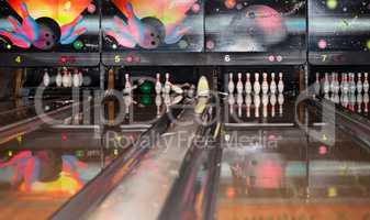 Pins fallen beim Bowlen im Bowlingcenter