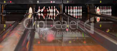 Fallende Pins beim Bowlen im Bowlingcenter