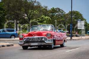 Kuba roter Cabriolet Oldtimer fährt auf dem Malecon in Havanna