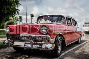 Kuba roter Oldtimer parkt in Havanna
