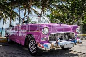 Pink Cadillac parkt am Strand in Havanna Kuba