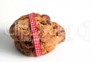 Kekse auf weiß mit Band in rot weiß