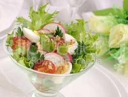Salad of summer vegetables with quail eggs