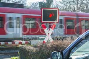 Personenzug durchfahrt am Bahnübergang