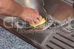 Reinigung einer Küchenspüle