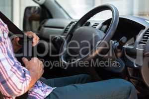 Man putting on his seat belt