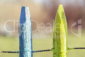 Blauer und gelber Pfosten - Gartenzaun