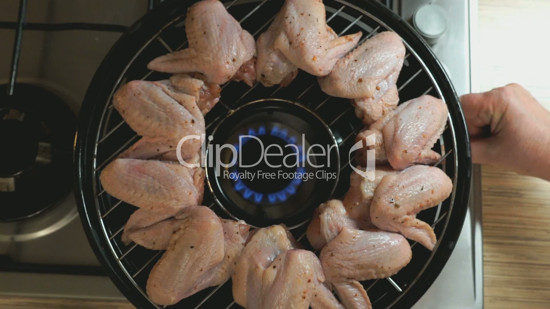 Chicken Gasgrill : Frying chicken wings on a gas grill royalty free video and stock