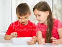 Children are using tablet