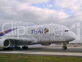 Airbus A 380 von Thai Airlines auf dem Weg zum Start