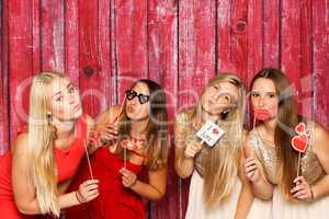 Hübsche Mädchen halten verschiedene Probs - Phootobooth Party