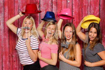 Photo Booth Party - Alberne Mädchen mit Probs