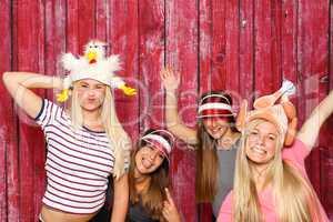 Verrückte Hühner auf einer Party - 4 Mädchen mit einer Fotobox