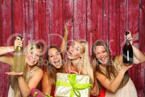 Mädchengruppe mit Photo booth - Geburtstagsfeier mit Sekt