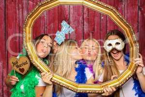 Mädchen halten Rahmen und posieren vor Fotobox - Just Married Prob