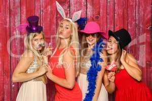 Mädchengruppe mit Hüten und Hasenohren - Party mit Photo Booth