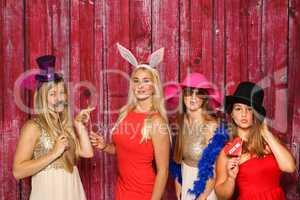 Spaß haben mit einer Fotobox - 4 Mädchen mit Hüten flirten