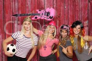 Lustige Frauen haben Spaß mit einer Fotobox - Geburtstagsparty mit Photobooth