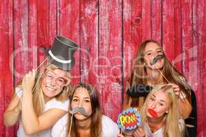 Mädchen mit verschiedenen Probs vor Photo Booth