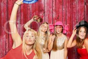Junge Frauen albern vor einer Fotobox - Spaß haben mit Photo Booth