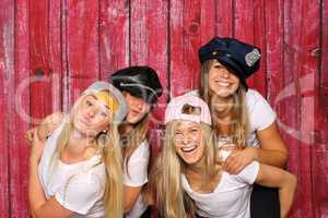Alberne Frauen mit Mützen machen Selfie - Photobooth Party