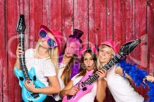Mädchen mit Plastikgitarren - Lustiges Gruppenfoto mit Photo Booth