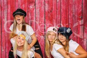 Party mit Photo Booth - Junge Mädchen mit verschiedenen Mützen und Caps