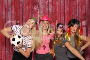 Verkleidete Mädchen mit Fußball - Party mit Photo Booth