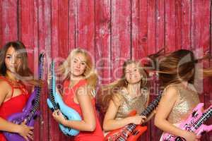 Wilde Mädchen spielen auf Platikgitarren - Photobooth Party mit flippigen Mädchen