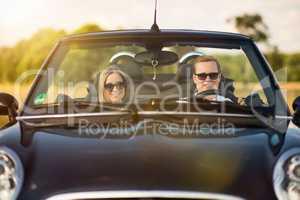 Frontansicht im Cabrio - Verliebtes Paar im Cabrio