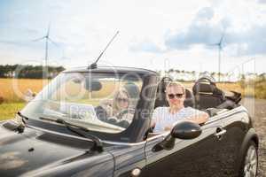 Seitenansicht im Cabrio - Verliebtes Paar im Cabrio