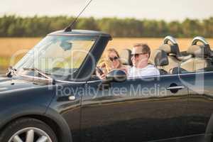 Mit dem Cabrio unterwegs - Pärchen fährt im Auto