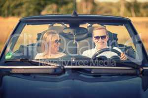 Frau schaut Mann im Auto verliebt an - Verliebt im Cabrio